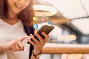 """טלפון-סלולרי-עם-רשתות-חברתיות- המדריך לבניית אסטרטגיה לשיווק דיגיטלי של נדל""""ן"""